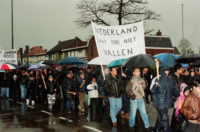 Molukkers uit Breda tijdens een stille tocht naar het stadskantoor. Ze maakten zich zorgen over de gevechten tussen moslims en christenen die in 1999 waren uitgebroken op Ambon.