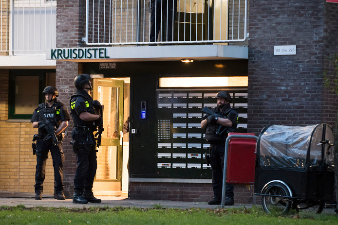 In Nieuwegein vielen zwaarbewapende agenten de flat Kruisdistel binnen.