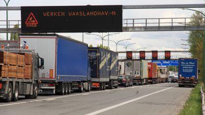 Lange file op E17 na ongeval met vier voertuigen in Kennedytunnel