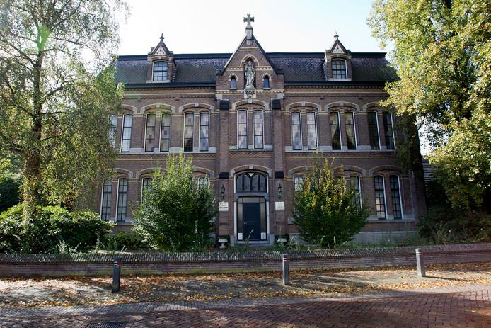 Het voormalig Fraterhuis in Deurne waar nu nog de glas-in-loodramen boven de deur zitten.