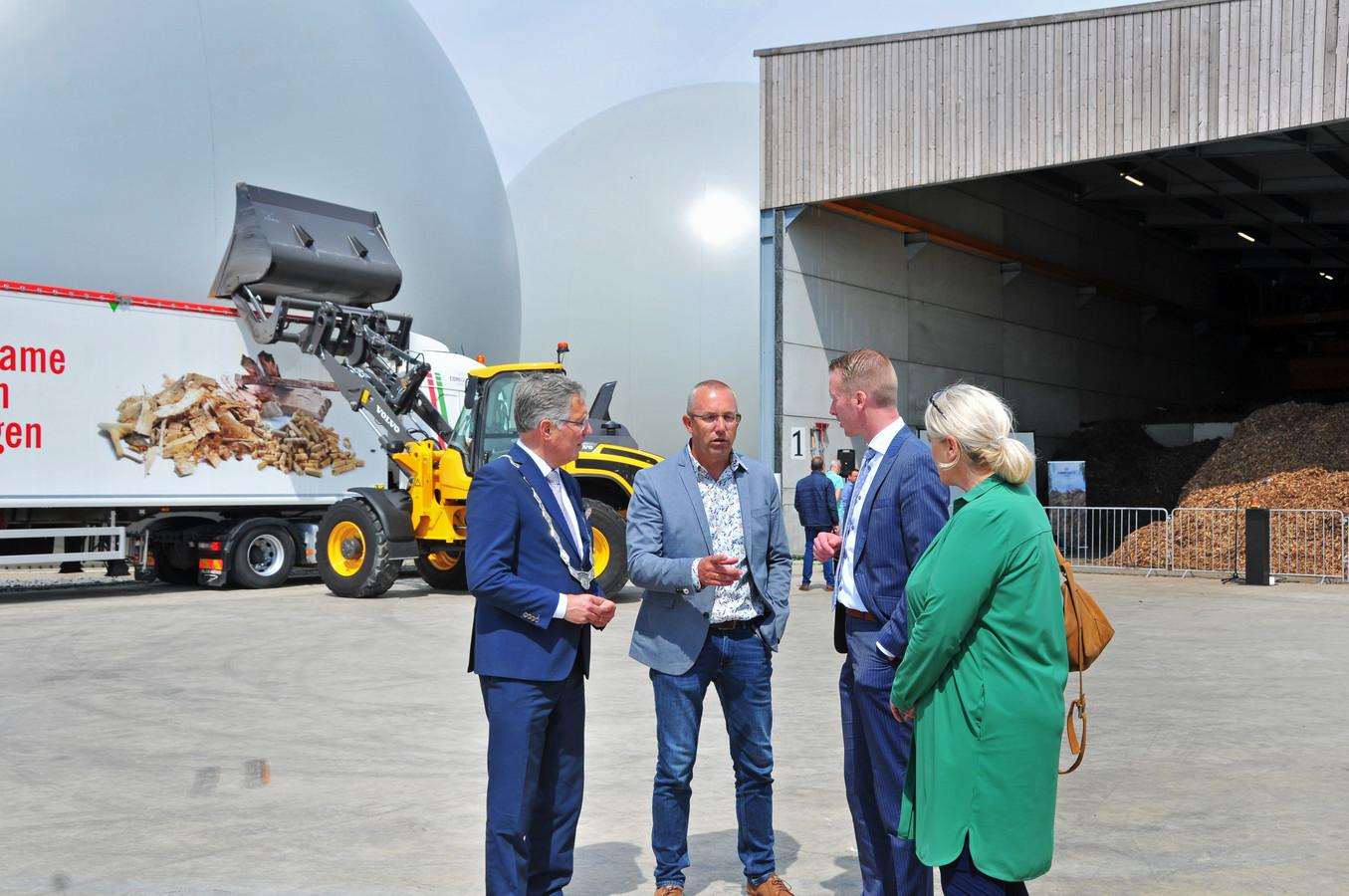 Pleun van Duijn (tweede van links) geeft uitleg aan burgemeester Gerard Rabelink en wethouders Cees van den Bos en Jacqueline van Burg