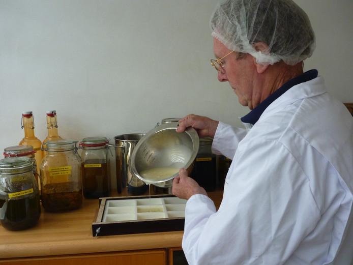 Jos Schuurkes aan het werk met zijn natuurzeep die hij verkoopt onder de naam Cotidi.