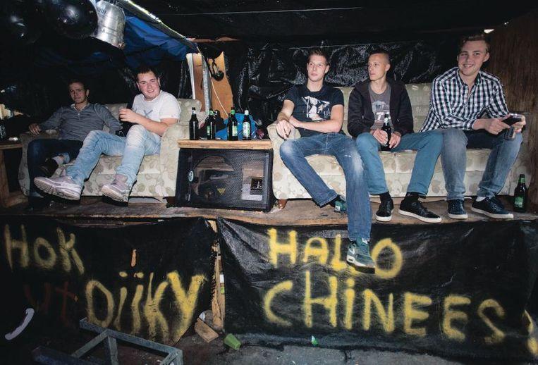 Maasdijkse jongeren in hun zuiphok 't Dijky. 'Ze hebben toch een plek nodig om samen te komen.' Beeld Arie Kievit