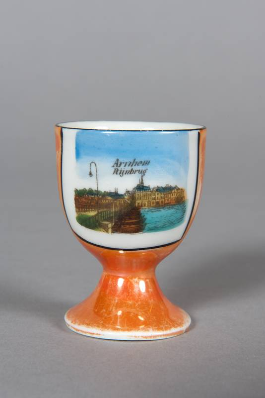 """Onbekend. Eierdopje """"Arnhem Rijnbrug"""". 1900 - 1934 Museum Arnhem  foto Marc Pluim, Velp"""