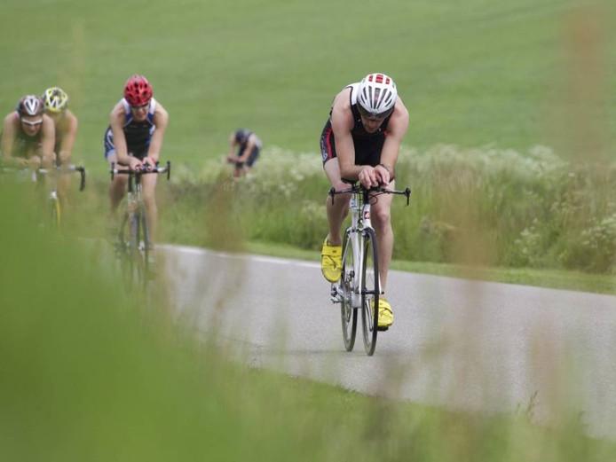 De triathlon in Luttenberg dankt zijn charme onder meer aan het mooie parcours, door bossen en over de heuvel.