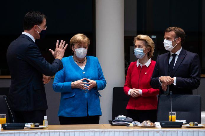 IJzige blikken bij de Duitse bondskanselier Merkel, Commisie-voorzitter Von der Leyen en de Franse president Macron. De Nederlandse premier Rutte werd tijdens de EU-top afgelopen weekeinde verweten gierig te zijn.