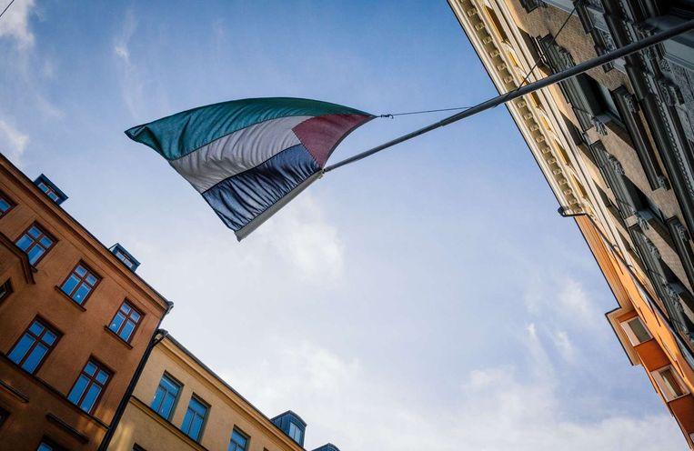 Een Palestijnse vlag wappert in Stockholm bij een vertegenwoordigend kantoor van Palestina. Beeld afp