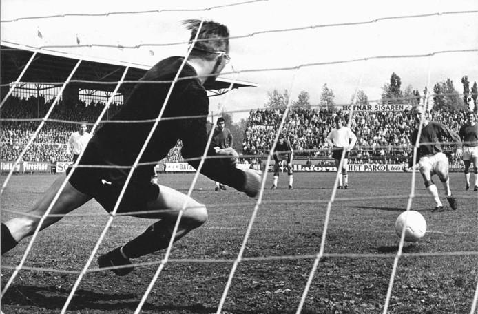 Henk Groot passeert NAC-doelman Peter van der Merwe vanaf de strafschopstip in 1968: 3-0.