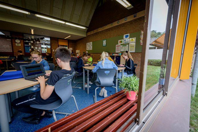 Open Huis bij basisschool Holthuizen, waar sinds de zomer de ramen weer open kunnen. Dat is vanwege corona verplicht, maar straks als de herfst begint hebben storm en regen vrij spel, zoals hier bij groep 8.
