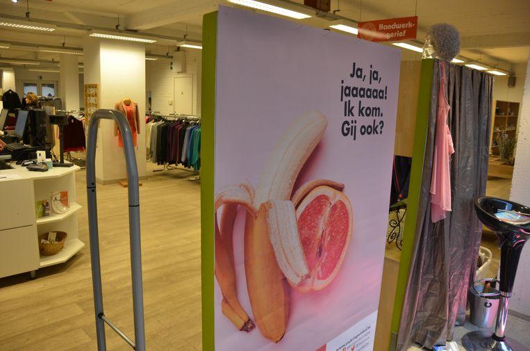 De zinnenprikkelende campagne is onder meer te bewonderen op dit levensgroot bord in de kringwinkel aan de Kortrijksepoortstraat.
