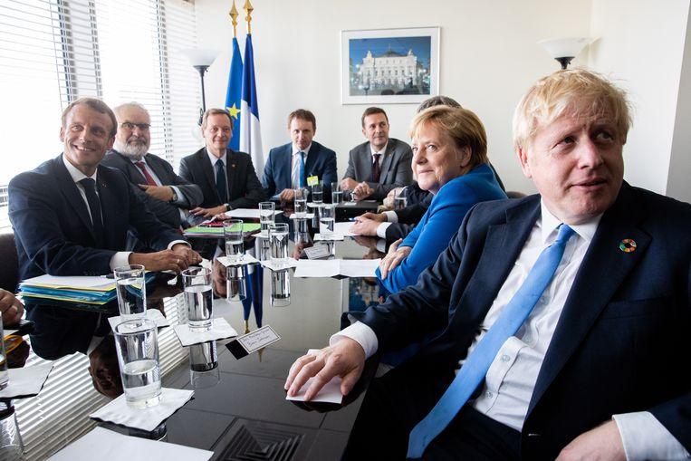 De Franse president Emmanuel Macron (links), in overleg met de Duitse Bondskanselier Angela Merkel en de Britse premier Boris Johnson op het hoofdkwartier van de VN in New York.