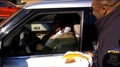 Amerikaanse politieagenten delen vandaag geen boetes uit maar kalkoen