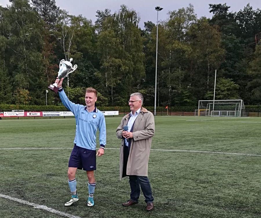 Dieren-aanvoerder Rick Verlaan heeft de Rheden Cup in ontvangst genomen uit handen van wethouder Marc Budel.