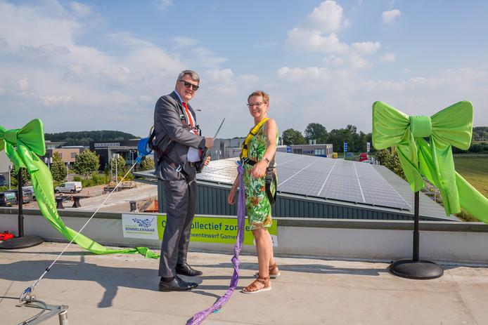 Wethouder Willem Posthouwer van de gemeente Zaltbommel en Antje van Ginneken van de coöperatie op het eerste zonnedak van de Cooperatie Bommelerwaar. Dat ligt op de gemeentewerf in Gameren.