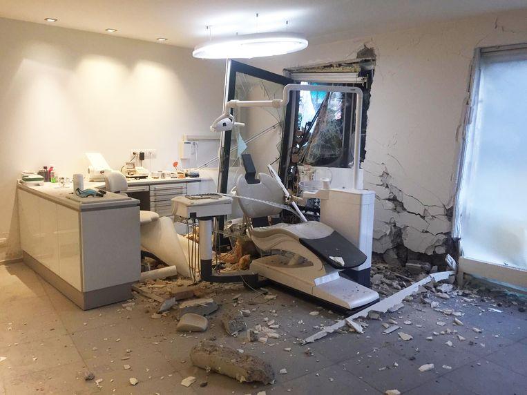 De tram - die je aan het linkerraam kan zien staan - vernielde een tandartsenpraktijk.