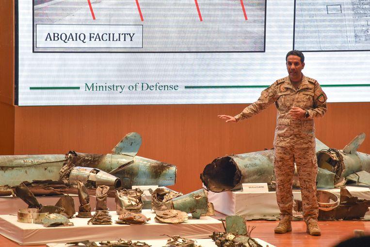Het Saoedische leger toont restanten van de kruisraketten die Iran zou hebben gebruikt in september bij een aanval op olie-installaties.  Beeld AFP