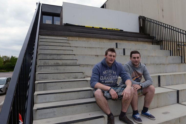 Jeugdhuisvoorzitter David Van Passel en zijn broer Kenny op de trappen van het 't Excuus. Totaal niet toegankelijk voor andersvaliden, en dat moet volgens de jongeren beter.
