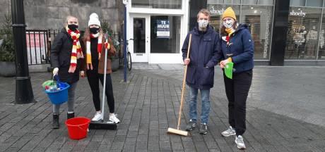 Inwoners van Den Bosch vegen massaal de straat schoon na rellen in de binnenstad