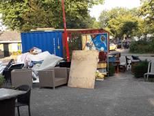 'Gooi rotzooi in eigen tuin, niet op terras van De Schakel'