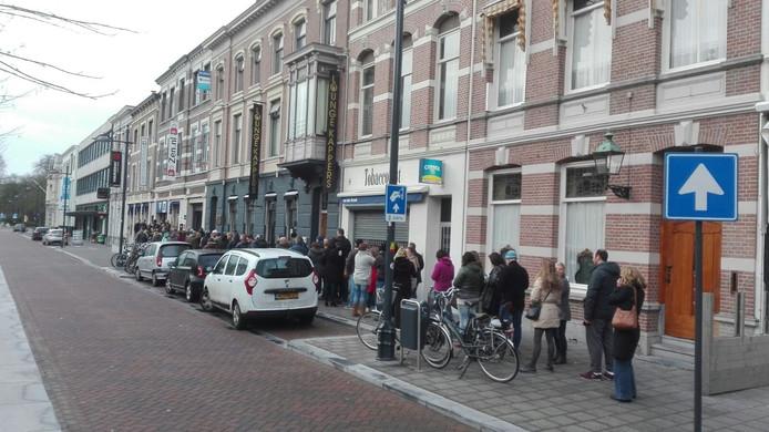 De rij in de Willemstraat in Breda voor de kaartverkoop van Breda Live.