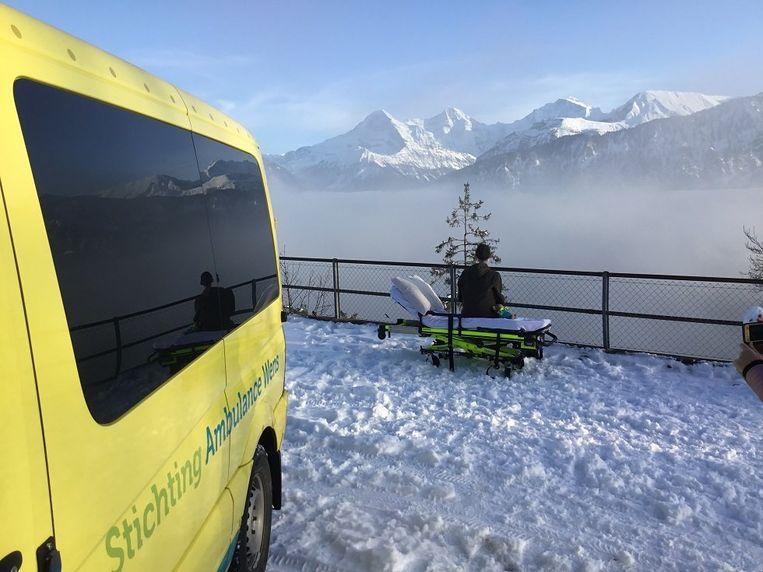 De jongen kijkt uit over de Zwitserse bergen en kreeg de kans er met een helikopter over te vliegen.