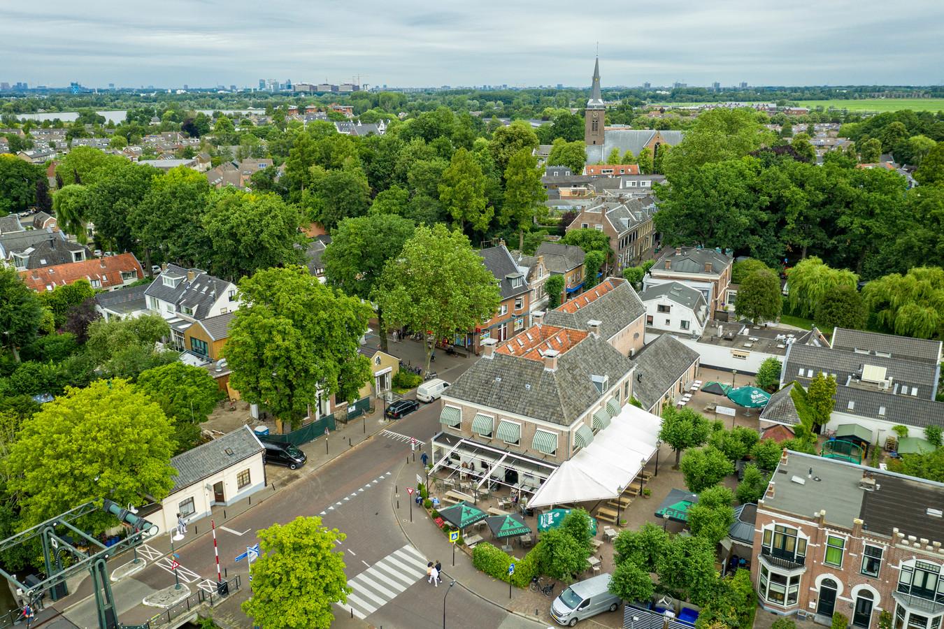 Abcoude, onder de rook van Amsterdam, waar menig BN'er is neergestreken. Slager Gerwin Pouw (50): ,,Vroeger was Abcoude een boerendorp met grote gezinnen. Nu zijn we een stadsdorp met veel mensen uit Amsterdam.''