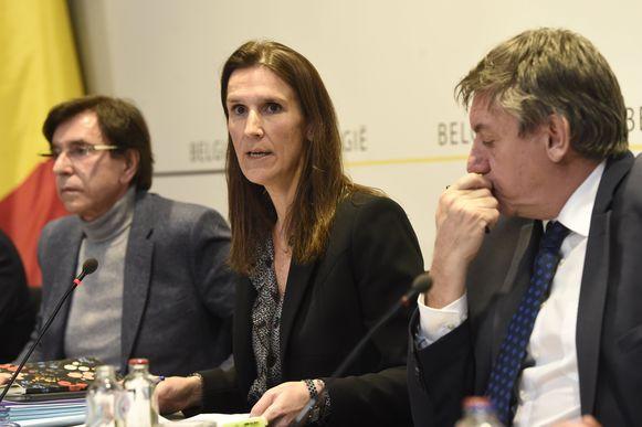 Premier Sophie Wilmès (MR), naast Waals minister-president Elio Di Rupo (PS) en Vlaams minister-president Jan Jambon (N-VA).