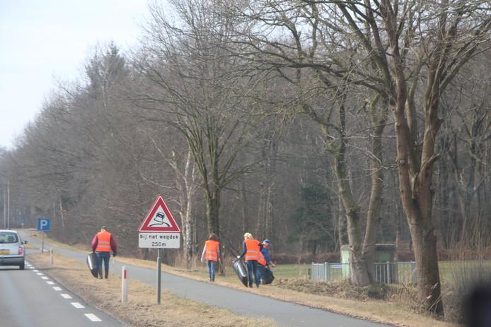 WBE-vrijwilligers ruimen zwerfvuil op langs de Twenteroute bij Eibergen.