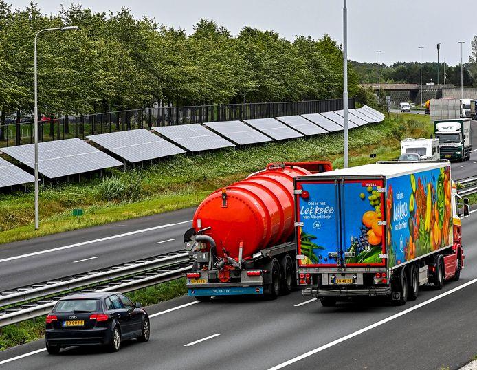 Zonnepanelen langs de A58. Inmiddels halen meer dan 400 adressen in Etten-Leur hier een deel van hun elektriciteit vandaan.