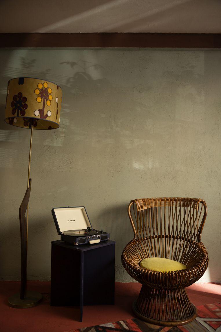 Vintagestoel van het merk Bonacina; de pick-up is een Cruiser (Crosley); de rest is van de kringloopwinkel. Beeld Anne Dokter