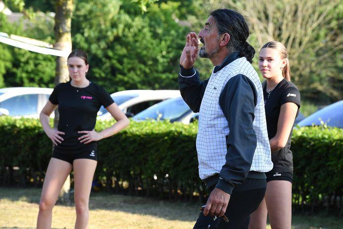 Trainer Ivo Martinovic geeft aanwijzingen bij de training van FAST.