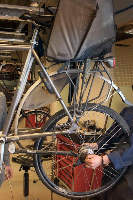 Fietsenmakers Pim en Maik zijn blind: 'Een wiel spaken? Gewoon een keer of vijftig oefenen'