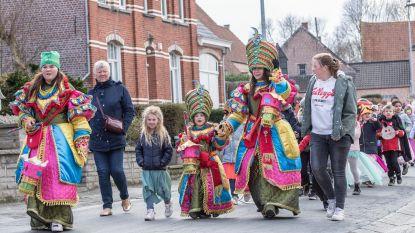 Leerlingen De Oogappel trekken in carnavalsoptocht door dorp samen met De Zjiepkitten