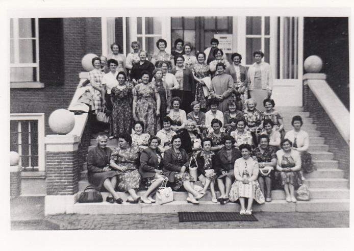 Uit de oude doos. Deze foto van de Leuthse Vrouwenbond is vermoedelijk begin jaren zestig van de vorige eeuw gemaakt.  Foto: Collectie Leuth weet u nog?