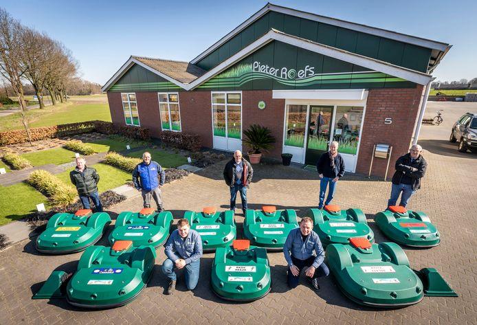 De negen robotmaaiers gaan de sportvelden automatisch maaien.