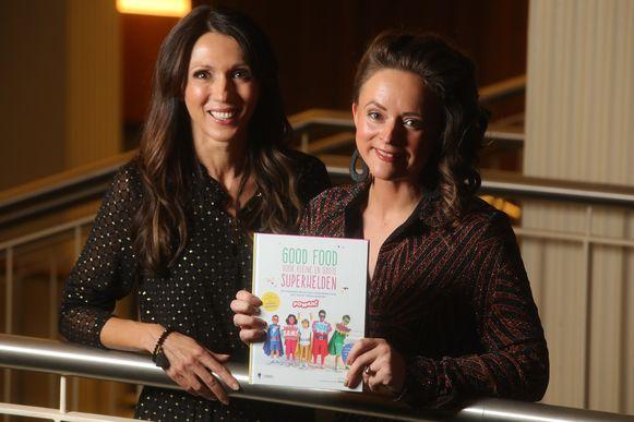 Sandra Bekkari en Kim Milants stellen het boek 'Good food voor kleine en grote superhelden' voor.