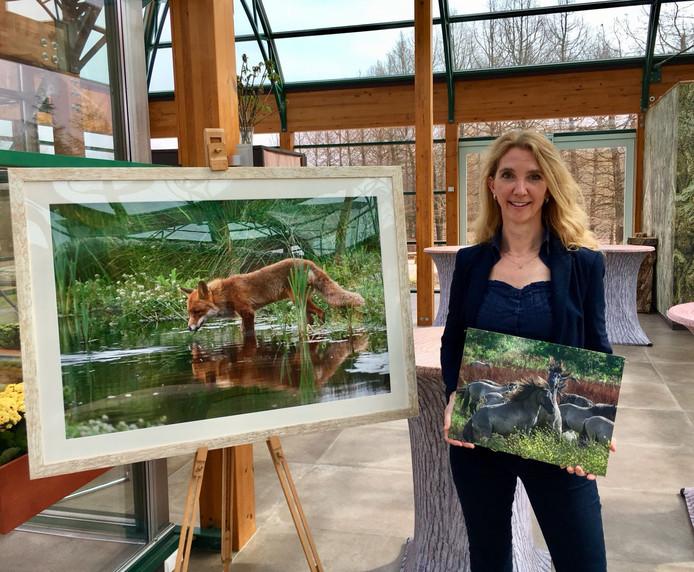 Yvette van den Berg in de Jardin d'Hiverre met en foto van een vosje en stoeiende Konikpaarden: 'Ik fotografeer niet om te laten zien dat ik zo goed fotografeer.'