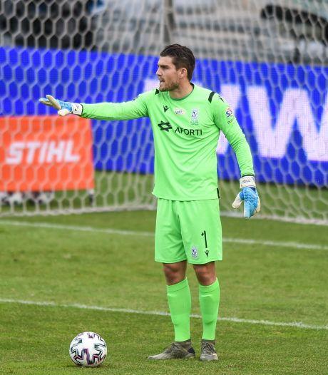 Voormalig keeper PEC Zwolle en GA Eagles eindigt bizarre reeks penalty's met ontwrichte schouder en lege handen