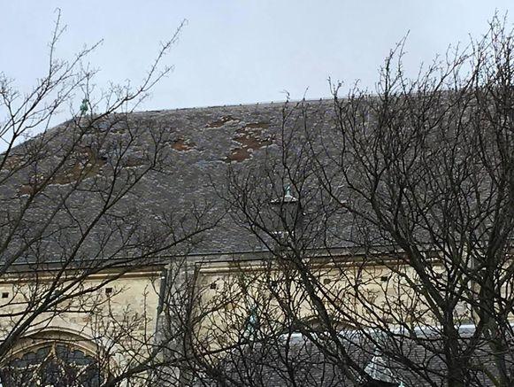 Het beschadigde dak van de Sint-Andrieskerk in Antwerpen.