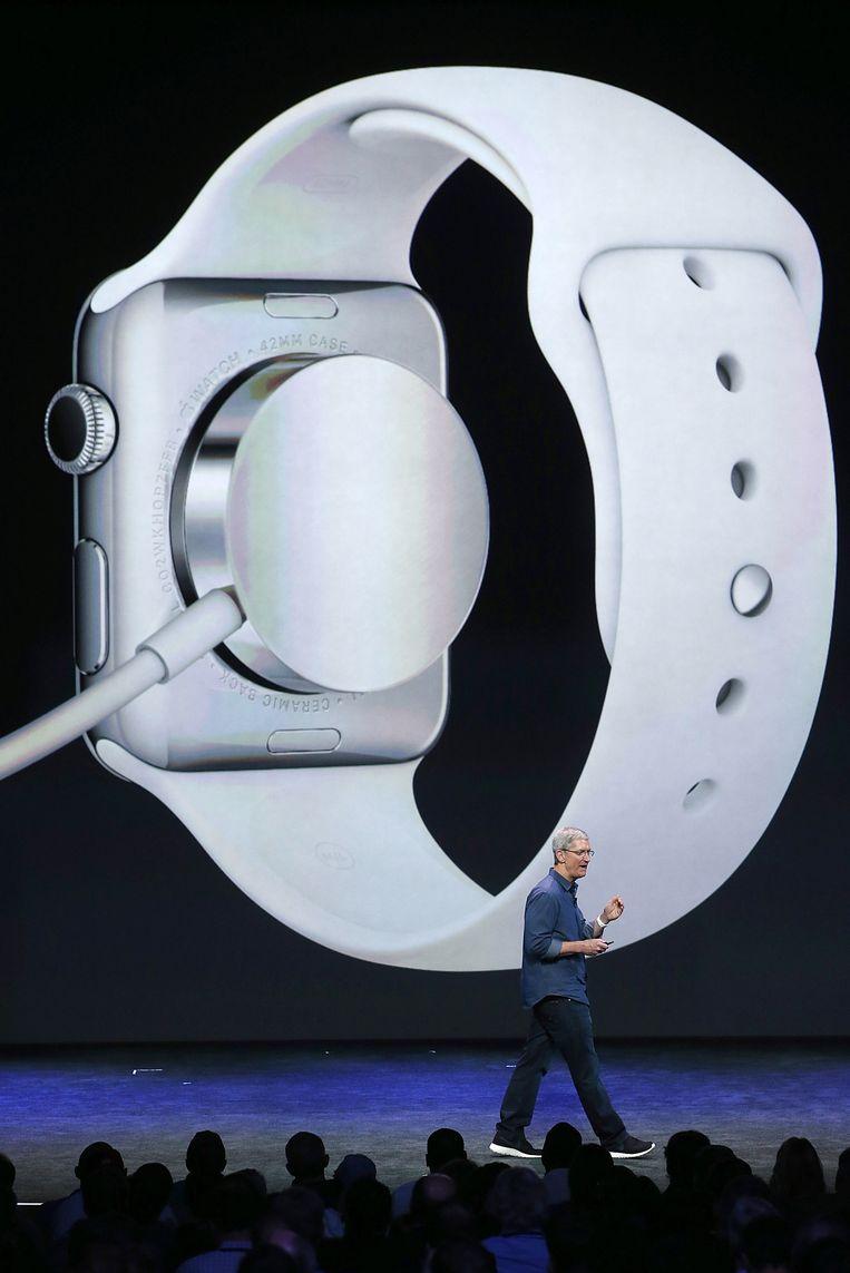 Tim Cook spreekt op het podium over alle mogelijkheden van de Apple Watch. Beeld getty