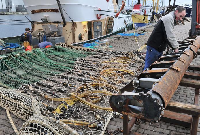 Onderhoudswerk aan een pulskor bij de vismijn van Vlissingen.