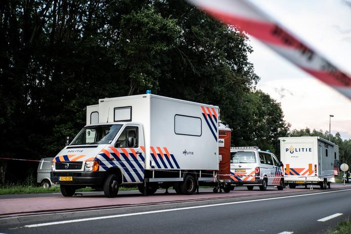 Ook is er een PD-unit opgetuigd. Aan de andere kant van het bosje, aan Het Meertje zijn mannen in witte pakken onderzoek aan het doen op het plaats delict. Mensen van forensische opsporing hebben er een witte tent neergezet.
