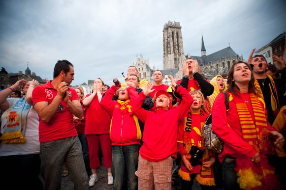 Supporters van KV Mechelen op de Grote Markt van Mechelen voor de Finale van de Beker van Belgie in 2009. Toen stond er een groot scherm. Dat komt nu in het stadion.