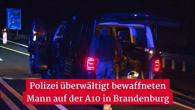 Een lid van het speciaal interventieteam SEK arriveert bij de Raststätte Michendorf-Süd. Die werd vanmiddag om 14 uur pas weer vrijgegeven.