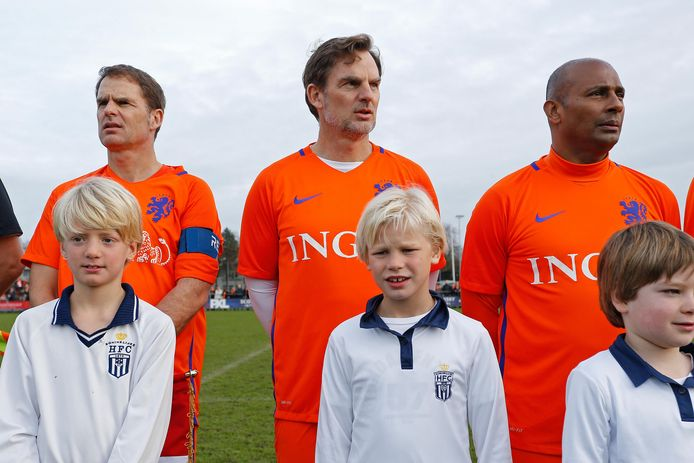 Frank (links) en Ronald de Boer als oud-internationals. Rechts Aron Winter.