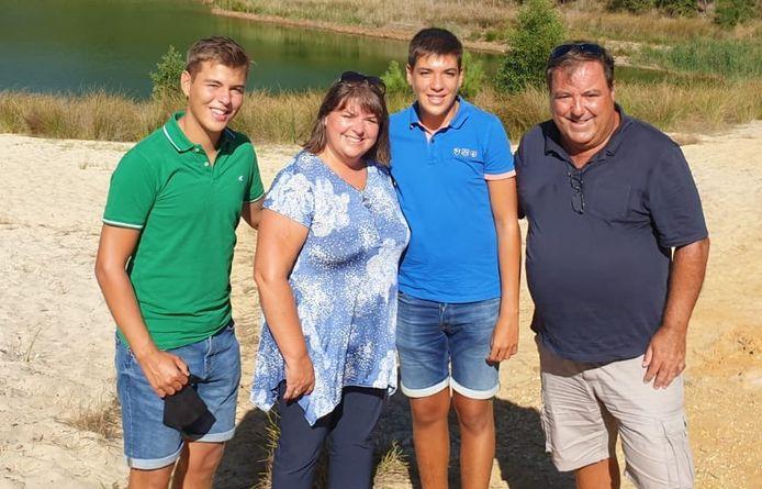 Florbela en Adelino met hun zoons.