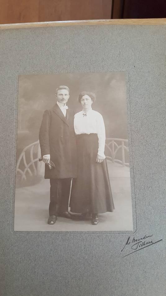 De trouwfoto van opa en oma Vloeimans, waaronder de onbekende andere foto schuil bleek te gaan.