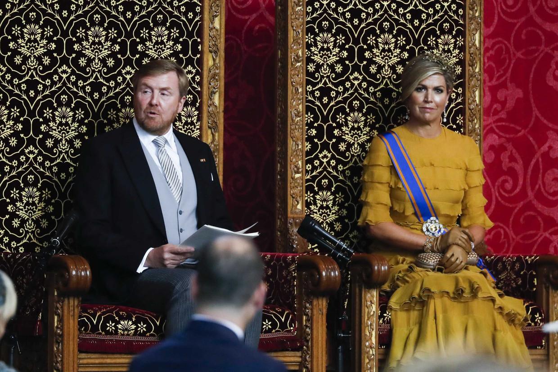 Koning Willem-Alexander leest, met aan zijn zijde koningin Maxima, de troonrede voor op Prinsjesdag aan leden van de Eerste en Tweede Kamer in de Grote Kerk.