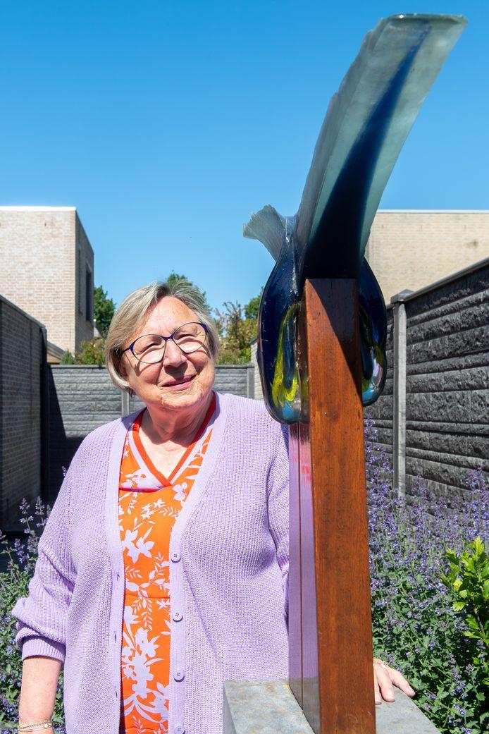 Rie Crynen in haar makkelijk te onderhouden tuin. ,,Ik heb geen groene vingers namelijk.''