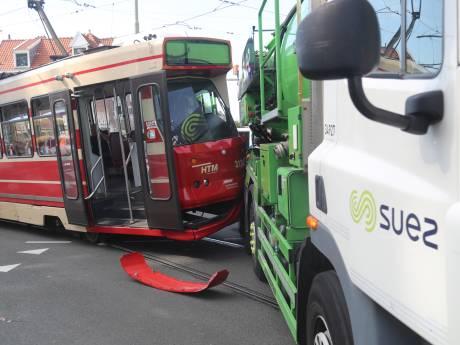 Tram ontspoort na flinke botsing met vrachtwagen
